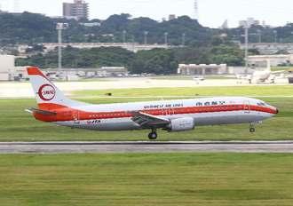 那覇空港の滑走路閉鎖に伴って米軍嘉手納基地に着陸するJTA機=26日午前10時45分(読者提供)