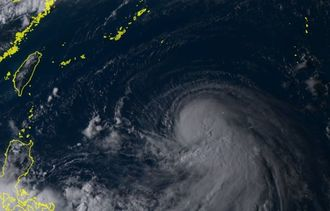 ひまわり8号リアルタイムwebがとらえた11日午後4時30分現在の台風18号