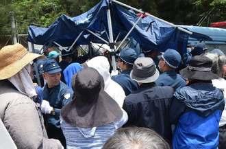 市民らが建てた日よけのテントを撤去する機動隊=24日午前11時35分ごろ、名護市辺野古