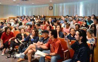 沖縄の米軍基地の現状を知ろうと多数が詰め掛けた「標的の村」上映会=ハワイ大学