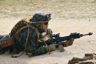 訓練する米海兵隊員=2月、沖縄県金武町の米軍ブルービーチ訓練場
