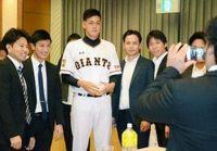 巨人・與那原大剛選手の入団祝う 普天間高初のプロ「早く1軍で」