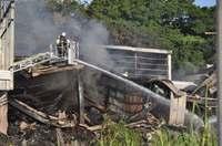 夜通しの消火活動、今も放水作業中 沖縄・糸満市の産廃工場火災