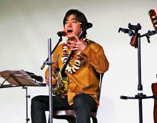 優しく歌い上げる宮沢和史さん