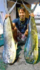 中部の磯で125センチ、10・8キロのマンビカーを釣った當山正宙さん=14日