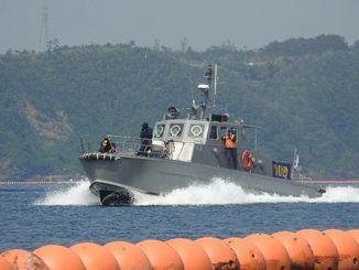 フロート沿いを警備するマリンセキュリティーの警備艇=4月30日、名護市辺野古
