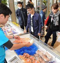 カニなどの海産物が並ぶ北海道物産展=19日午後、那覇市久茂地・タイムスビル