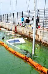 高波による浸水で沈んだとみられるヨット=12日、石垣港