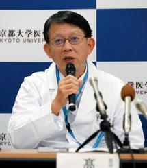 記者会見する京都大病院の高橋良輔脳神経内科長=9日午後、京都市
