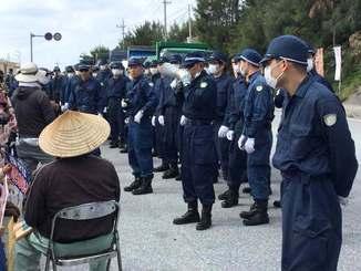 基地建設の資材を積んだトラックが到着し、抗議市民の排除に取りかかろうとする機動隊=23日午前11時52分、名護市辺野古