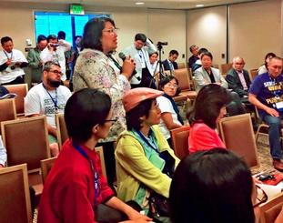 アジア・太平洋系米国人労働者連合25周年記念総会で、辺野古に新基地を造らせないオール沖縄会議が開いた分科会で発言する米労働組合員ら=19日、米カリフォルニア州アナハイム市