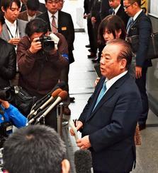 辞任会見で記者の質問に答える安慶田光男氏=1月23日午後、県庁