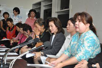 記者会見で「米軍基地がある限り事件は起きる。すべての基地を撤去すべきだ」と訴える高里鈴代さん(右から4人目)ら女性たち=5月20日、沖縄県庁記者クラブ