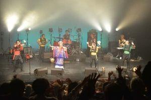 ありがとうの曲に合わせて、手を振る観衆(小林康博氏提供)=パリ日本文化会館