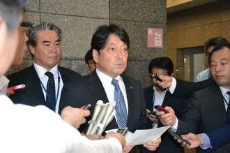シュロ―ティ副司令官にオスプレイの飛行について懸念を伝えた小野寺五典防衛相=7日、防衛省