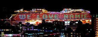 大型クルーズ船の側面に表示された「WE LOVE NAMIE」の電飾=11日午後9時ごろ、那覇市内(国吉聡志撮影)