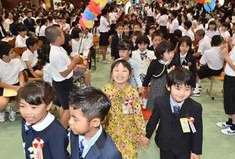 笑顔で入場する新1年生=10日午前、南風原小学校