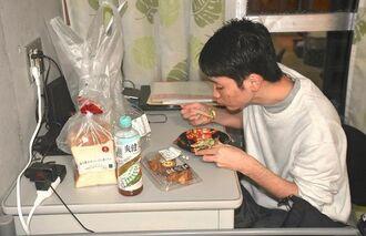 夕飯の弁当を食べる波平琉愛さん=11日、琉球大学千原寮の自室