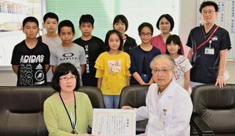 多和田悦子校長に感謝状を手渡す那覇市立病院の外間浩院長=6月18日、松島小学校