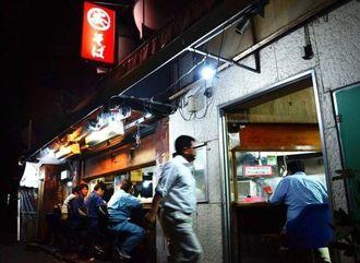 那覇市樋川の丸安そば。深夜でもさまざまな客でにぎわいをみせる=25日午前3時50分ごろ
