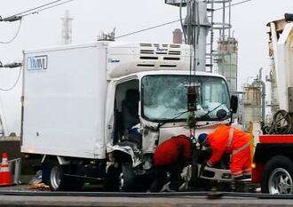 阪神高速道路湾岸線上り線の衝突事故で壊れたトラック=23日午前8時28分、堺市