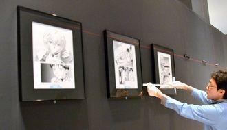 25日から始まる「エヴァンゲリオン展」の場内設営に当たる展示スタッフ=21日、沖縄県立博物館・美術館