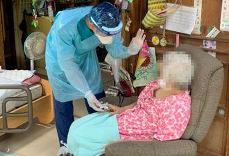 新型コロナウイルスの感染者の自宅を訪問し、体調などを確認する宇茂佐勇磨看護師(提供)