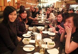 沖縄料理を交えてにぎやかに交流を楽しむ沖縄出身の若者ら=トロント市内の居酒屋「りょう次」