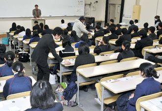 大学入試センター試験に臨む受験生=17日午前、琉球大学