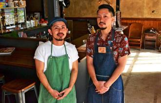 「ボリュームのあるハンバーガーを食べてほしい」と話す店長の小波津千夏さん(左)とスタッフの大城雄人さん=29日、沖縄市園田
