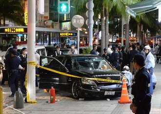 国際通りを暴走し、歩道に乗り上げた事故車両=13日午後9時半ごろ、那覇市牧志(古謝克公撮影)