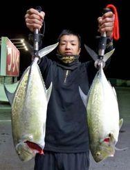 11月30日、中部東海岸中道路で2.02キロと1.43キロのオニヒラアジを釣った金城守さん。道糸PE0.8号 リーダー3号(1ヒロ)