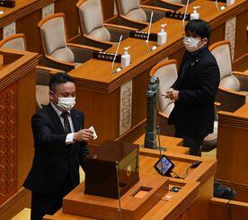 照屋義実氏の副知事選任案に賛成票(白票)を投じる県議=10日午前、県議会