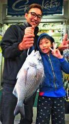 仲伊保海岸で50センチ、2・19キロのチンシラーを釣った上原隆希さん=3月31日