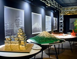 レゴブロックで作られた姫路城や富士山が並ぶ会場=浦添市西洲・サンエー浦添西海岸パルコシティ