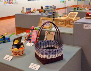 読谷村内の小中学生の作品が展示されている「児童生徒作品展」=読谷村立美術館