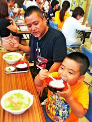 金芽米のご飯とおかずを楽しむ来場客=27日、那覇市久茂地・タイムスビル