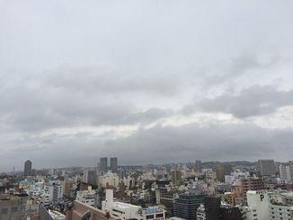 沖縄地方は、梅雨前線の影響で曇っており、沖縄本島地方では激しい雨の降ってる所がある