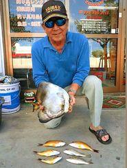 西崎港内で30・5センチのツバメウオを釣った照屋清志さん=8月5日