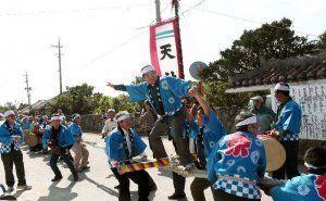二つの集落に分かれ、綱を引き合う黒島の住民や郷友会、観光客ら=竹富町黒島