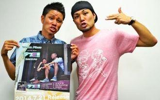 「さまざまな愛がつまったアルバムです」と話すシン(左)とユウタ=那覇市・沖縄タイムス社