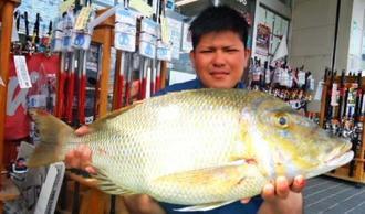 伊是名島内花港の一文字で72センチ、5・75キロのタマンを釣った島田竜斗さん=25日