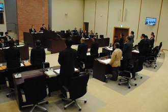 F15戦闘機の部品落下事故に抗議する意見書案を全会一致で可決する嘉手納町議会=26日午前、嘉手納町議会