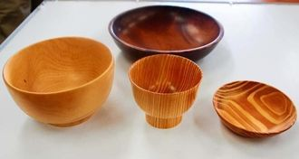 県産木材を使った食器。手前右から二つがリュウキュウマツ、手前左がエゴノキ、奥がガジュマル