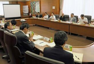 豚コレラの感染経路などを分析した農林水産省の疫学調査チームの会合=18日午後、東京都千代田区