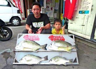 知念海岸で53センチ、2・85キロと52センチ、2・81キロのチンシラーを釣った宮國翔也さん(左)=10日