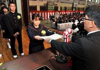 緊張した面持ちで卒業証書を受け取る卒業生=11日午前、那覇市立金城中学校(山城知佳子撮影)
