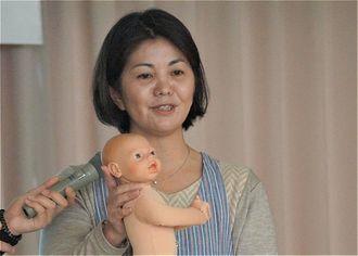 「いのちの授業」で講話する長嶺絵里子さん=7日、今帰仁村・兼次小学校多目的教室