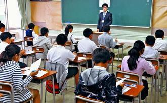 入学試験の問題に取り組む受験生=8日午前、那覇市古島・興南中学校