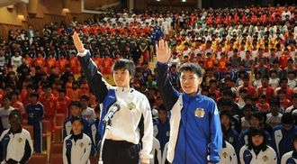 選手宣誓をする浦添市選抜男子主将の仲吉朝飛(右)と女子主将の伊波優里=浦添市てだこホール